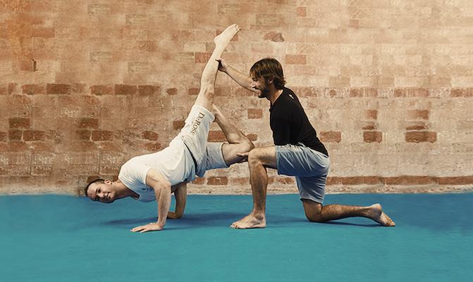 Instrutor corrigindo o aluno que está executando uma técnica corporal